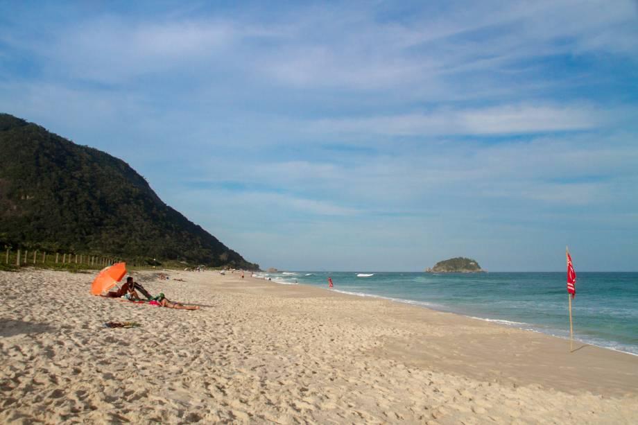 """<a href=""""http://viajeaqui.abril.com.br/estabelecimentos/br-rj-rio-de-janeiro-atracao-praia-de-grumari"""" rel=""""Grumari """" target=""""_blank""""><strong>Grumari </strong></a>                                                                            É considerada uma das mais bonitas do Rio por estar localizada em área de preservação ambiental. O canto esquerdo é conhecido como Praia do Abricó e aceita a prática do naturismo"""