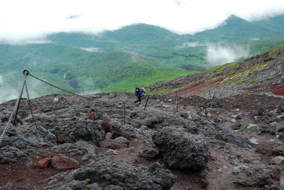A trilha de ascensão do Monte Fuji é bastante pedregosa