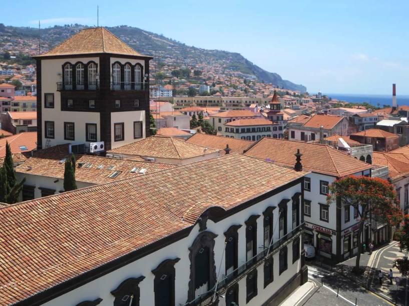 """<a href=""""http://bit.ly/costa_f"""" rel=""""COSTA FASCINOSA"""" target=""""_blank""""><strong>COSTA FASCINOSA</strong></a><strong>Saída: </strong>3 de março<strong>Duração do roteiro:</strong> 16 noites<strong>Roteiro:</strong>Rio de Janeiro, Salvador, Maceió, Recife, Tenerife, Funchal <em>(foto),</em> Marselha e Savona<strong>Tarifa:</strong> desde R$ 3634(R$ 2130 + R$ 1504 de taxas)<strong>Passagem aérea de volta:</strong> desde R$ 2571 Milão–São Paulo–Milão pela LAN <em>(o trecho avulso Milão–SP custa desde R$ 3 922)</em>"""