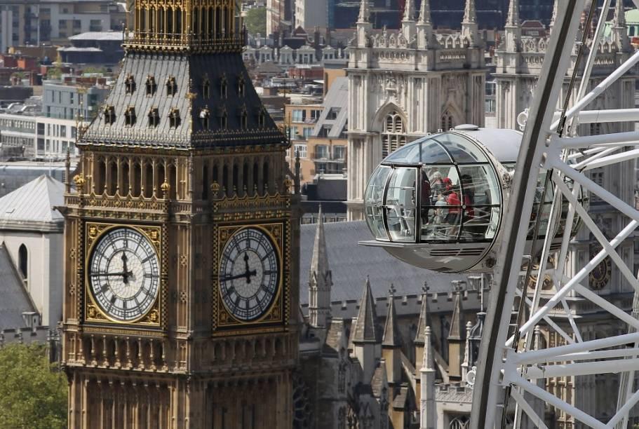 Vista da Torre do Relógio do Parlamento Britânico, tendo a London Eye em primeiro plano