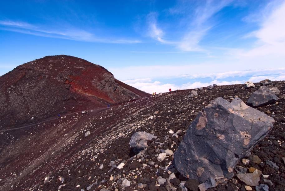 Boa parte da trilha de ascensão do Monte Fuji é repleta de rochas e uma escorregadia camada de pó de lava