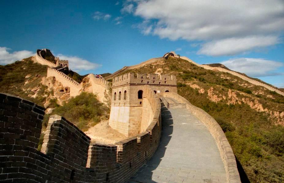 """<strong>TREKKING NA MURALHA </strong>                Símbolo imponente do país, a <a href=""""http://viajeaqui.abril.com.br/estabelecimentos/china-pequim-beijing-atracao-grande-muralha-da-china"""" rel=""""Muralha da China"""" target=""""_blank"""">Muralha da China</a>(foto) estende-se por 21 000 km, dos quais 8% estão preservados. Bom aperitivo da atração, este pacote guiado percorre 147 km da muralha em cinco noites. A caminhada passa por Juyongguan, Chenjiabao, Shuichancheng, Jiankou, Mutianyu, Gubeikou, Jinshanling e Simatai, com paradas para conhecer atrativos locais. A estadia é em hotéis simples e inclui duas noites extras em <a href=""""http://viajeaqui.abril.com.br/cidades/china-pequim-beijing"""" rel=""""Pequim"""" target=""""_blank"""">Pequim</a>, onde há city tour.                <strong>QUANDO: </strong>Até dezembro                <strong>QUEM LEVA:</strong> A <a href=""""http://www.tgkturismo.com.br/"""" rel=""""TGK"""" target=""""_blank"""">TGK</a>                <strong>QUANTO: </strong>US$ 3 112 (s/ aéreo do BR)"""