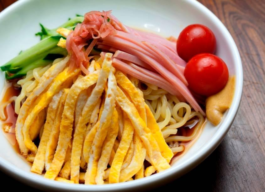 <strong>Hiyashi Chuka</strong>        O verão japonês às vezes pode ser opressor, com a umidade e calor chegando a níveis impensáveis. Para refrescar mentes e alegrar o estômago, pratos refrescantes pipocam nos cardápios dos restaurantes de todo o Japão. Uma das opções certeiras (e saudáveis) é o macarrão frio hiyashi chuka, coberto de tiras de omelete, carnes e verduras