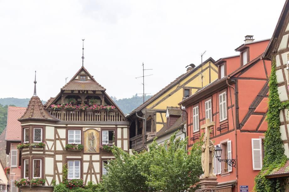 """É uma das mais tradicionais paradas da Rotas dos Vinhos. O estilo da cidade é claramente ligado às vizinhas regionais <a href=""""http://viajeaqui.abril.com.br/paises/alemanha"""" target=""""_blank"""">Alemanha</a> e <a href=""""http://viajeaqui.abril.com.br/paises/suica"""" target=""""_blank"""">Suíça</a>. Não deixe de provar os vinhos locais"""