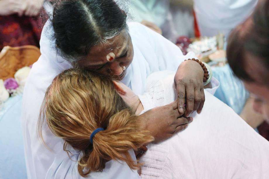 """Amritanandamayi, 58, também conhecida como Amma, a famosa """"Guru do Abraço"""", abraça seguidores em Nova York, durante visita aos Estados Unidos, em julho de 2012"""