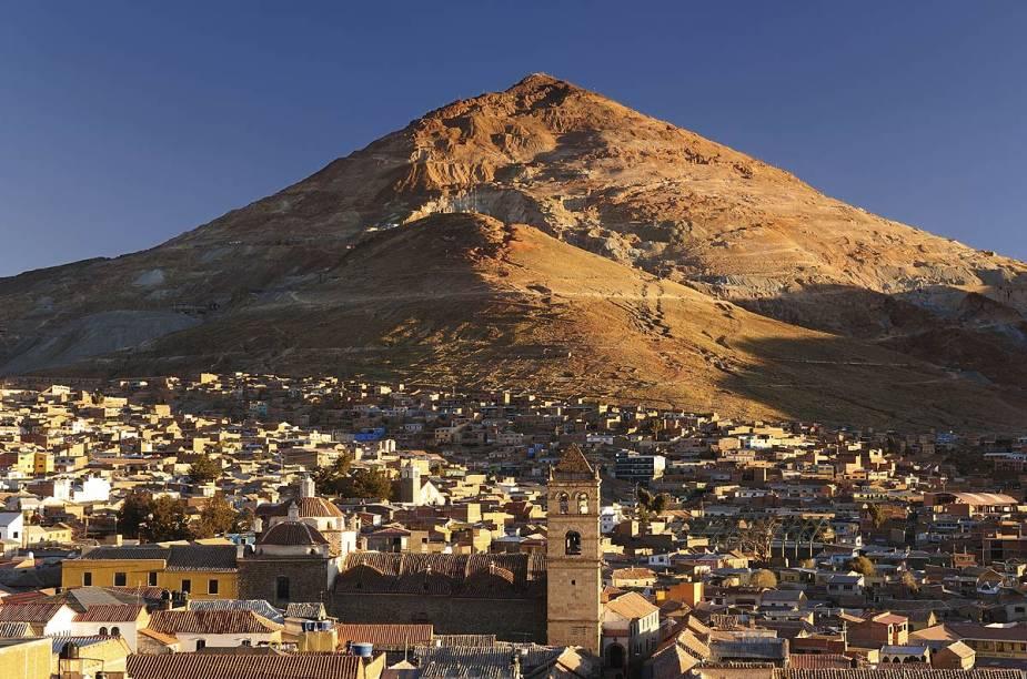 A cidade de Potosí, na Bolívia, já foi uma das mais ricas das Américas, graças à exploração de prata no Cerro Rico (ao fundo)