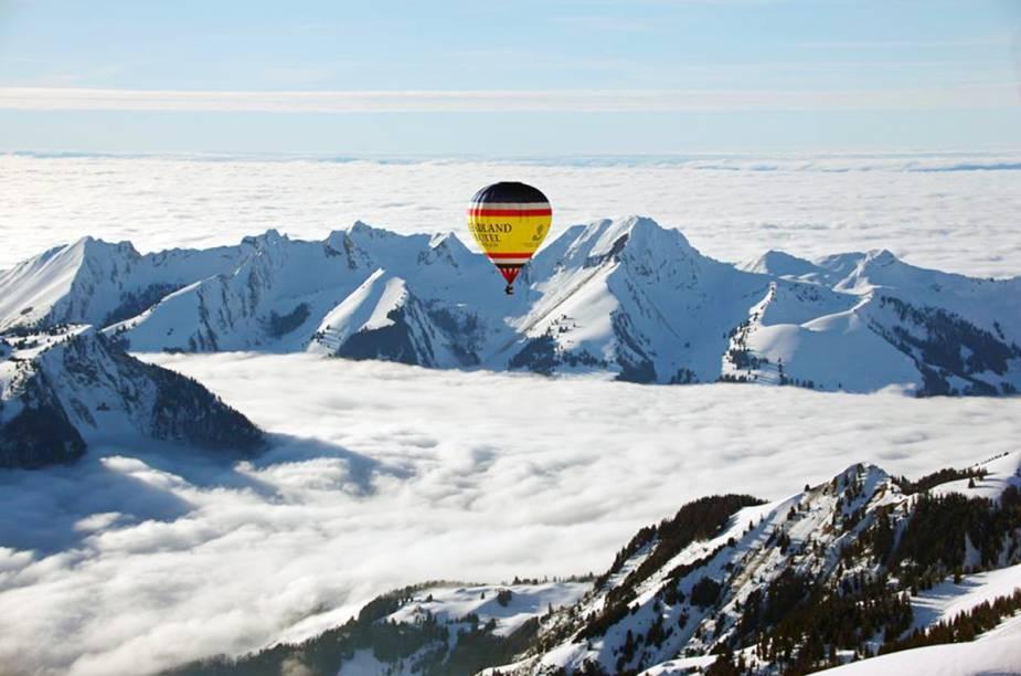 """Não é só por ter uma das estações de esqui mais exclusivas do mundo que Gstaad atrai turistas. O céu do vilarejo da <a href=""""http://viagemeturismo.abril.com.br/paises/suica-2/"""">Suíça</a> tem um colorido especial durante a primavera e o verão, quando é possível fazer um passeio de balão sobre os Alpes Suíços. Quem passa por Gstaad em janeiro pode coincidir com a data do Festival Internacional de Balão em Chateau d'Oex e se maravilhar com o colorido dos balões tingindo o branco da neve e o azul do céu."""