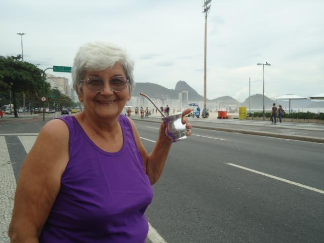 A argentina Lore Benito fotografou a avó na praia de Copacabana em 2013