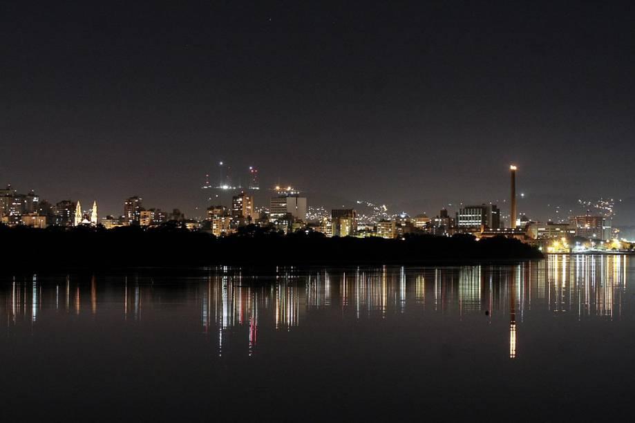 A cidade de Porto Alegre, no Rio Grande do Sul, vista da Ilha da Pintada