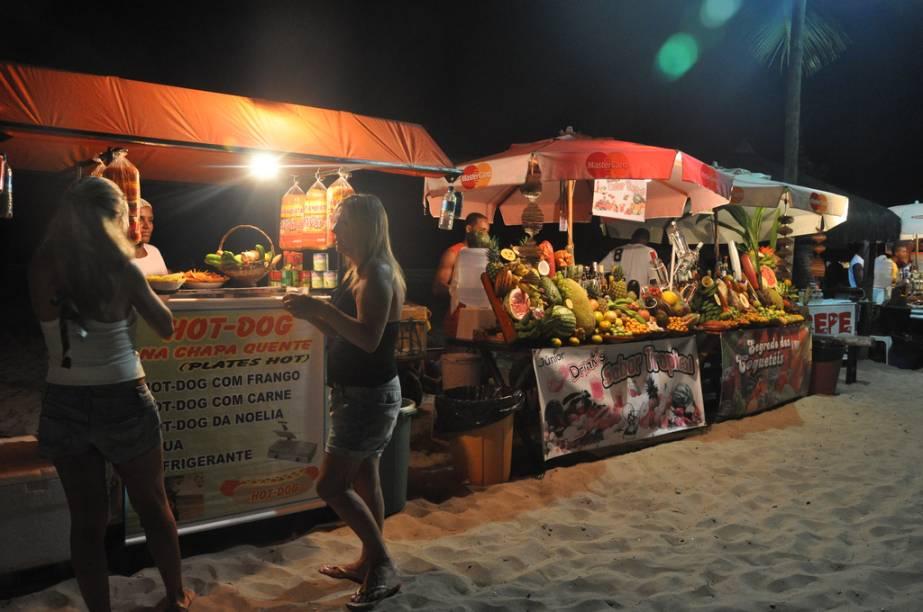 Nas areias da Segunda Praia, acontecem os luaus com DJs e música variada