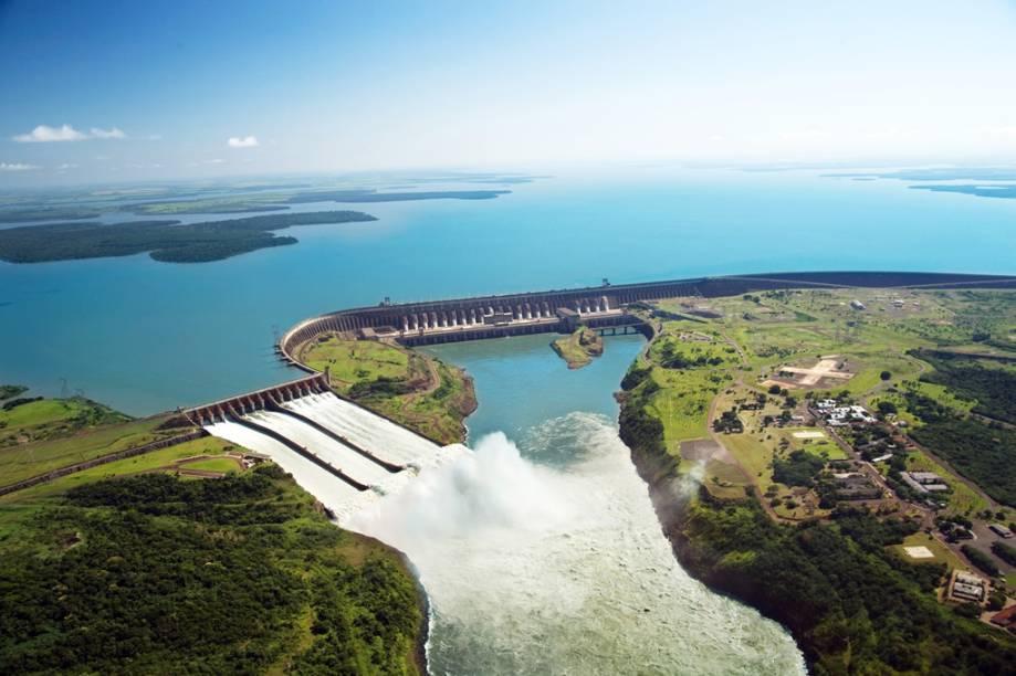 Há três maneiras de conhecer a Usina Hidrelétrica de Itaipu: o circuito básico de ônibus, com parada no mirante; o circuito especial, com visita à usina por dentro, e a visita noturna
