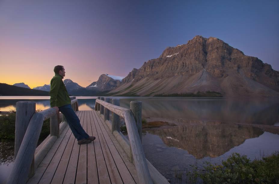 <strong>Lago Bow</strong>        Este lago é formado pelo Glacier Bow, que tem cachoeiras enormes no verão devido ao degelo. Um bom jeito de ver o nascimento de um rio por degelo é fazer uma trilha de dificuldade moderada que parte do lago. O Rio Bow é um dos maiores do oeste do Canadá, mas começa pequeno nessas montanhas. Na volta, que tal uma paradinha para recompor as energias à beira do lago?