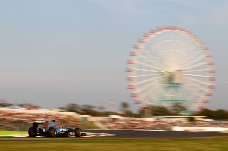 """No circuito de Suzuka, no <a href=""""http://viajeaqui.abril.com.br/paises/japao"""" rel=""""Japão"""" target=""""_blank"""">Japão</a>, aconteceu o que muitos brasileiros consideram a maior injustiça da história da Fórmula 1. Na corrida de 1988, o frânces Alain Prost precisava que o brasileiro Ayrton Senna não pontuasse para que, com uma corrida de antecedência, fosse campão mundial da categoria. Prost liderava a prova, com Senna em segundo, até que, em uma tentativa de ultrapassagem, os dois se tocaram, mas Senna, com ajuda dos fiscais, voltou à prova e venceu. Após a prova, Jean-Marie Balestre, então presidente da FIA, alegou que Senna cortou caminho no local do acidente, desclassificando o brasileiro da prova e coroando o título do seu compatriota francês"""
