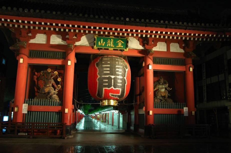 Portal Kaminari-mon, do templo budista Sensoji, em Asakusa, Tóquio
