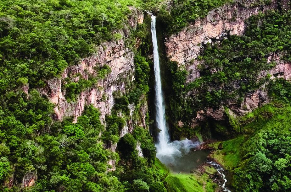 Salto do Itiquira, o mais famoso da cidade; a queda-dágua de quase 170 metros é tão poderosa que causa a impressão de chuva constante aos visitantes que se aproximam