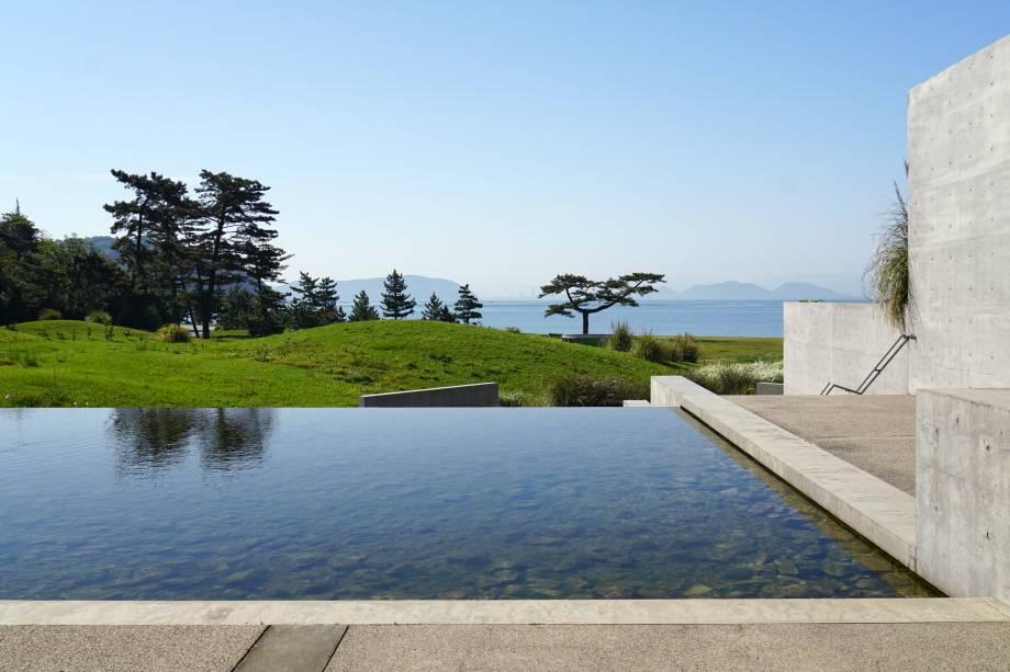 """Edifício """"Park"""", da Benesse House. Suas formas e espaços foram projetados para se mesclar com a ilha e estimular a contemplação da natureza ao redor e das obras em seu interior"""