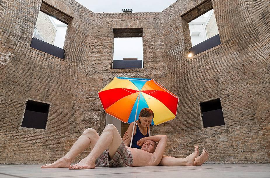 """<a href=""""http://viajeaqui.abril.com.br/estabelecimentos/br-sp-sao-paulo-atracao-pinacoteca-do-estado"""" rel=""""Pinacoteca do Estado"""" target=""""_blank""""><strong>Pinacoteca do Estado</strong></a>A exposição de Ron Mueck (foto) fica em exibição até 22 de Fevereiro de 2015"""
