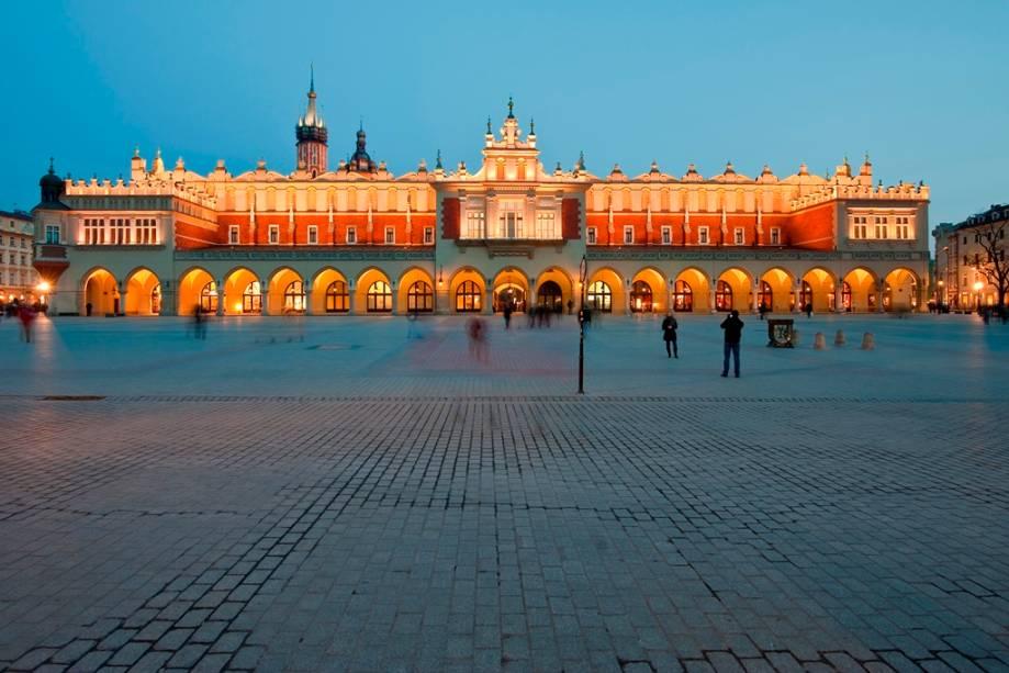 """<strong>Praça do Mercado (Rynek Glówny) – <a href=""""https://viagemeturismo.abril.com.br/cidades/cracovia/"""" target=""""_blank"""" rel=""""noopener"""">Cracóvia</a> – <a href=""""https://viagemeturismo.abril.com.br/paises/polonia-2/"""" target=""""_blank"""" rel=""""noopener"""">Polônia</a></strong> O ponto focal de Cracóvia é sua grande Praça do Mercado. Em seu entorno encontram-se algumas das melhores opções de hospedagem da cidade, além de ótimos restaurantes, cafés e bares. Além disso, aqui estão o Sukiennice (Grande Salão das Guildas), à direita, onde hoje os turistas podem adquirir lembranças variadas, e a colorida e ricamente decorada Basílica de Santa Maria. Esta é a maior praça da Europa, declarada Patrimônio da Humanidade pela Unesco <em><a href=""""https://www.booking.com/searchresults.pt-br.html?aid=332455&sid=d98f25c4d6d5f89238aebe98e11a09ba&sb=1&src=searchresults&src_elem=sb&error_url=https%3A%2F%2Fwww.booking.com%2Fsearchresults.pt-br.html%3Faid%3D332455%3Bsid%3Dd98f25c4d6d5f89238aebe98e11a09ba%3Btmpl%3Dsearchresults%3Bac_click_type%3Db%3Bac_position%3D0%3Bcity%3D-129709%3Bclass_interval%3D1%3Bdest_id%3D-345275%3Bdest_type%3Dcity%3Bdtdisc%3D0%3Bfrom_sf%3D1%3Bgroup_adults%3D2%3Bgroup_children%3D0%3Biata%3DCUZ%3Binac%3D0%3Bindex_postcard%3D0%3Blabel_click%3Dundef%3Bno_rooms%3D1%3Boffset%3D0%3Bpostcard%3D0%3Braw_dest_type%3Dcity%3Broom1%3DA%252CA%3Bsb_price_type%3Dtotal%3Bsearch_selected%3D1%3Bshw_aparth%3D1%3Bslp_r_match%3D0%3Bsrc%3Dsearchresults%3Bsrc_elem%3Dsb%3Bsrpvid%3D18f97cc4163f00ab%3Bss%3DCusco%252C%2520Cusco%252C%2520Peru%3Bss_all%3D0%3Bss_raw%3Dcusco%3Bssb%3Dempty%3Bsshis%3D0%3Bssne%3DSiena%3Bssne_untouched%3DSiena%26%3B&ss=Crac%C3%B3via%2C+Lesser+Poland%2C+Pol%C3%B4nia&is_ski_area=&ssne=Cusco&ssne_untouched=Cusco&city=-345275&checkin_year=&checkin_month=&checkout_year=&checkout_month=&group_adults=2&group_children=0&no_rooms=1&from_sf=1&ss_raw=crac%C3%B3via&ac_position=0&ac_langcode=xb&ac_click_type=b&dest_id=-510625&dest_type=city&iata=KRK&place_id_lat=50.063&place_id_lon=19.9"""