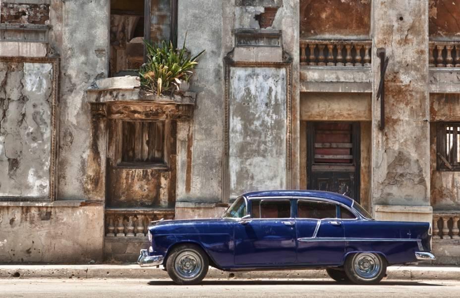 Prédios antigos e carros idem, uma cena comum em Havana