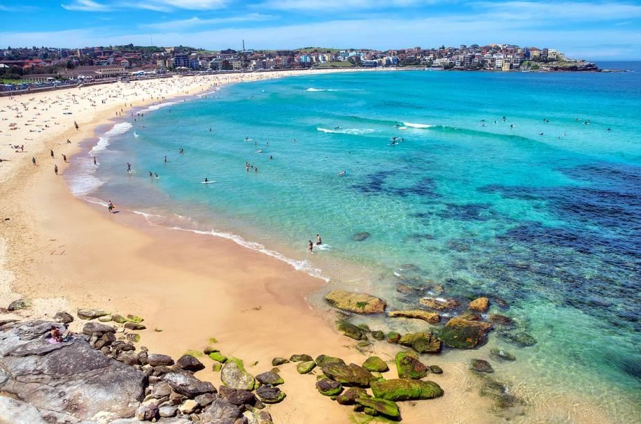 """<strong><a href=""""http://viajeaqui.abril.com.br/cidades/australia-sydney"""" rel=""""Sydney (Austrália)"""" target=""""_blank"""">Sydney (Austrália)</a></strong>                                                Sydney é a cidade mais populosa da Austrália, com uma paisagem predominantemente urbana e cosmopolita. Mas, na metrópole, o turista também pode relaxar sobre faixas de areia agradáveis e, durante o verão do Hemisfério Sul, extremamente calorentas. A praia mais famosa da região da cidade é, sem dúvida, Bondi Beach, localizada a apenas 15 quilômetros do centro de Sydney e sempre animada por turistas e australianos. No local é possível encontrar ótimos restaurantes, bares e até lojinhas de açaí (a comunidade brasileira na região é enorme)."""
