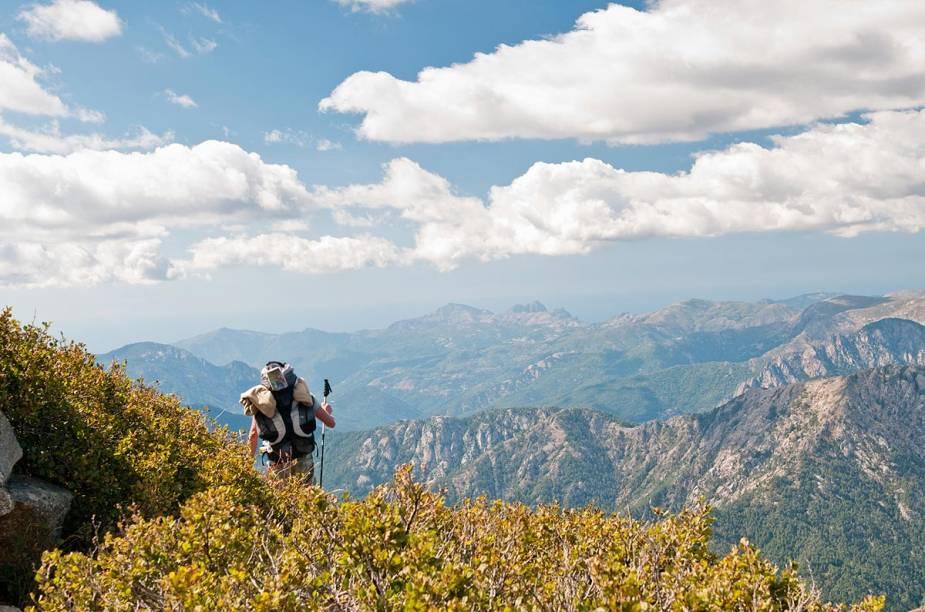 <strong>GR20 (França)</strong>        A trilha de 200 quilômetros atravessa toda a ilha de Córsega e liga Calenzana, na Balagne, a Conca, ao norte de Porto Vecchio. É conhecida pelos diversos cenários que aparecem ao longo do caminho: florestas, lagos glaciais, picos nevados, planícies, crateras criadas pela ação dos ventos e planícies de gelo. Criado em 1972, o percurso traz subidas e descidas e trechos cheios de pedras e rochas escorregadias