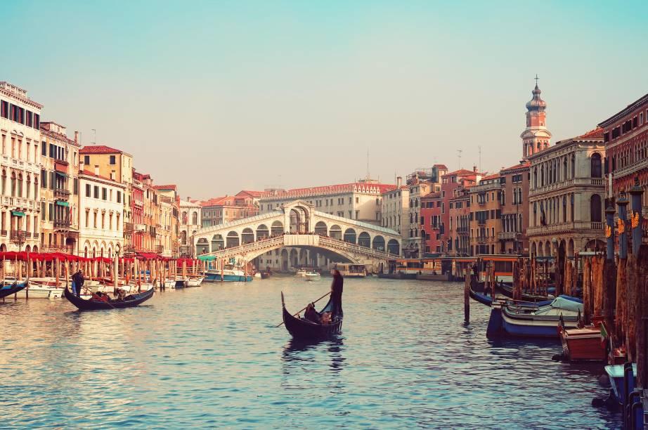 """<strong><a href=""""http://viajeaqui.abril.com.br/paises/italia"""" rel=""""ITÁLIA"""" target=""""_self"""">ITÁLIA</a>, 16 NOITES</strong>Com guia em português, a imersão italiana de 16 noites em hotéis confortáveis de <a href=""""http://viajeaqui.abril.com.br/cidades/italia-milao"""" rel=""""Milão"""" target=""""_self"""">Milão</a>, Portovenere, <strong><a href=""""http://viajeaqui.abril.com.br/cidades/italia-veneza"""" rel=""""Veneza"""" target=""""_self"""">Veneza</a>(foto)</strong>, <a href=""""http://viajeaqui.abril.com.br/cidades/italia-florenca-firenze"""" rel=""""Florença"""" target=""""_self"""">Florença</a>, <a href=""""http://viajeaqui.abril.com.br/cidades/italia-roma"""" rel=""""Roma"""" target=""""_self"""">Roma</a> e <a href=""""http://viajeaqui.abril.com.br/cidades/italia-sorrento"""" rel=""""Sorrento"""" target=""""_self"""">Sorrento</a> agenda passeios a <a href=""""http://viajeaqui.abril.com.br/cidades/italia-genova"""" rel=""""Gênova"""" target=""""_self"""">Gênova</a>, Stresa (base do Lago Maior, na fronteira com a <a href=""""http://viajeaqui.abril.com.br/paises/suica"""" rel=""""Suíça"""" target=""""_self"""">Suíça</a>), Santa Margherita Ligure, <a href=""""http://viajeaqui.abril.com.br/cidades/italia-bolonha"""" rel=""""Bolonha"""" target=""""_self"""">Bolonha</a>, <a href=""""http://viajeaqui.abril.com.br/cidades/italia-cinque-terre"""" rel=""""Cinque Terre"""" target=""""_self"""">Cinque Terre</a>, <a href=""""http://viajeaqui.abril.com.br/cidades/italia-costa-amalfitana"""" rel=""""Costa Amalfitana"""" target=""""_self"""">Costa Amalfitana</a>, <a href=""""http://viajeaqui.abril.com.br/cidades/italia-padua"""" rel=""""Pádua"""" target=""""_self"""">Pádua</a>, <a href=""""http://viajeaqui.abril.com.br/cidades/italia-pisa"""" rel=""""Pisa"""" target=""""_self"""">Pisa</a> e <a href=""""http://viajeaqui.abril.com.br/cidades/italia-siena"""" rel=""""Siena"""" target=""""_self"""">Siena</a>, além de tour ao Golfo de <a href=""""http://viajeaqui.abril.com.br/cidades/italia-napoles"""" rel=""""Nápoles"""" target=""""_self"""">Nápoles</a>, degustação de vinhos em <a href=""""http://viajeaqui.abril.com.br/cidades/italia-montepulciano"""" rel=""""Montepulciano"""" target=""""_self"""">Montepulciano</a> e passeio ao Museo Ferarri.<st"""