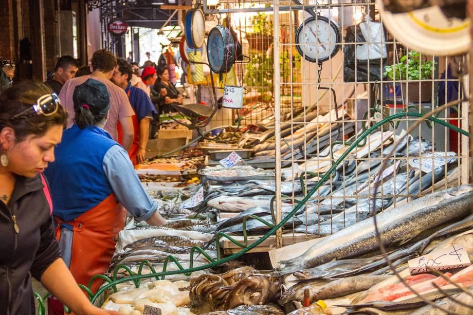 Uma das atrações turísticas mais populares de Santiago, o Mercado Central é hoje uma grande praça de alimentação, com restaurantes que oferecem de culinária italiana a exóticos frutos do mar colhidos nas águas do Oceano Pacífico. Por aqui, também é possível comprar algumas delícias chilenas, como os vinhos carmenére do Valle Central