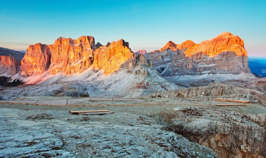 No pôr do sol, é possível vislumbrar os paredões cobertos do tom sépia dos últimos raios solares em Cortina DAmpezzo