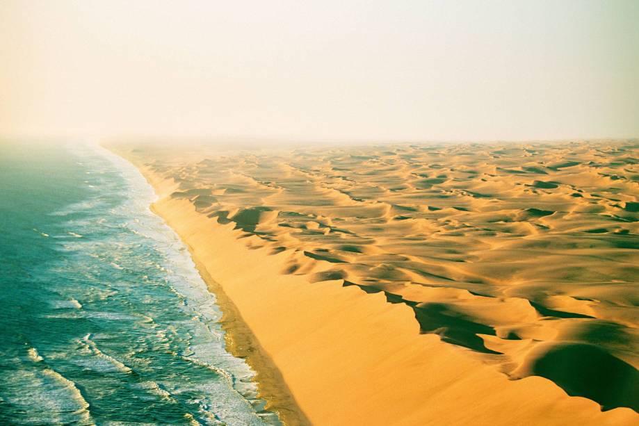 Um deserto imenso, com dunas de areia fofa que vão avançando Oceano Atlântico adentro – em mais ou menos 15 metros por ano. Com um nome que evoca os lugares assustadores dos filmes de pirata, a Costa do Esqueleto, na Namíbia, é mesmo intrigante. Quem encara o areião em um carro 4x4 ou sobrevoa a região topa com um conjunto de estranhezas. Encontra um monte de naufrágios (estima-se que são mais de mil barcos e grandes navios que, ao longo dos séculos, se estreparam ao chegar perto das dunas submersas). Avista minas de diamante, muitas desativadas por causa das condições extremas. Vê ossos de baleia. E passa perto de esqueletos de náufragos ou de pescadores. Pois é...