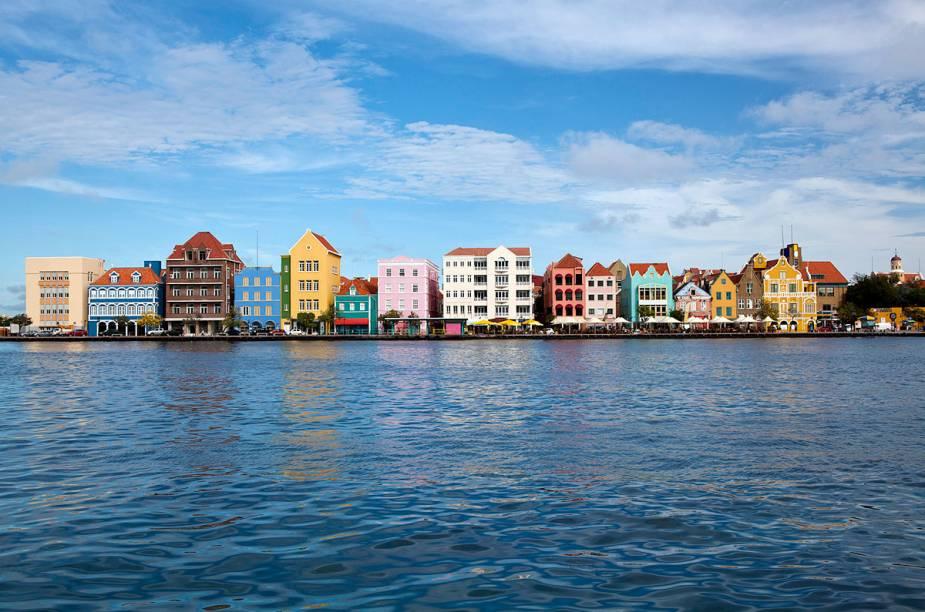 A famosa orla de Willemstad, com suas charmosas casinhas coloridas