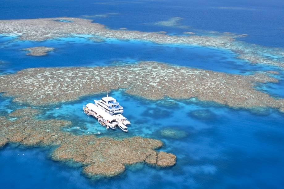 A Grande Barreira de Coral, em Queensland, Austrália, é a maior estrutura viva do planeta, com 26 mil quilômetros quadrados