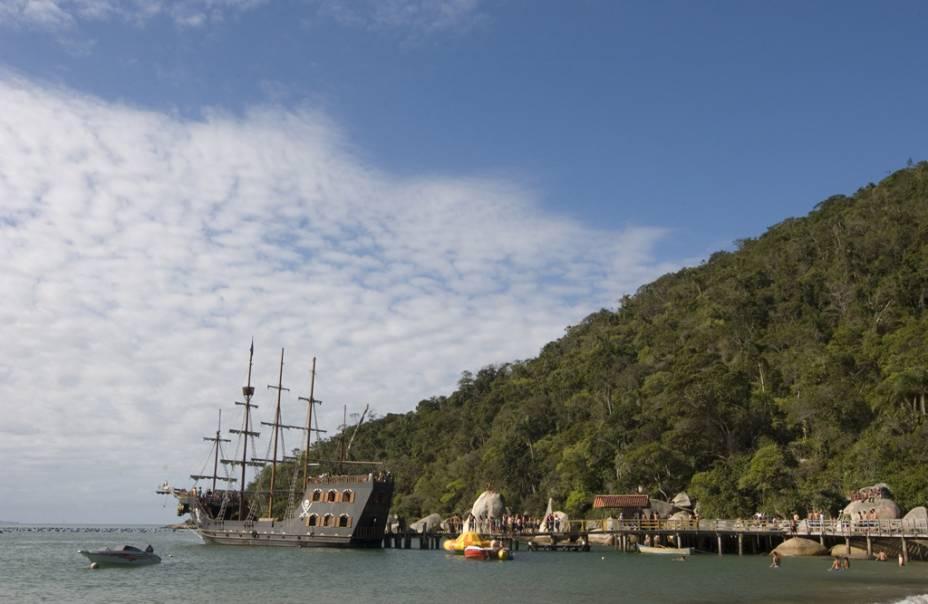 Os barcos para o passeio até a Praia de Laranjeiras lembram navios piratas, com decoração temática e atores vestidos a caráter