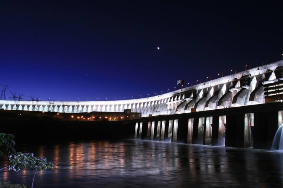 A visita à barragem de Itaipu pode ser programada para a noite. O local é iluminado com alvoroço diante dos turistas