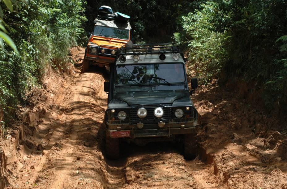 Land Rover na estrada de acesso à <strong>Praia de Castelhanos</strong>, que mantém-se preservada por causa do difícil acesso