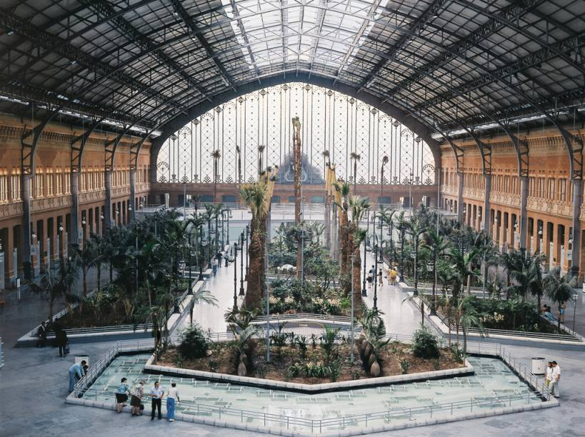 A Estação de Atocha é o local de chegada e partida do trem-bala, de 300 km/h, que liga Madri a Barcelona