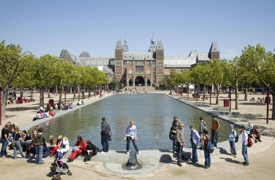 """O maior acervo artístico da Holanda está no <a href=""""http://viajeaqui.abril.com.br/estabelecimentos/holanda-amsterda-atracao-rijksmuseum"""" rel=""""Rijksmuseum"""" target=""""_blank"""">Rijksmuseum</a>, um edifício de elementos góticos e renascentistas"""