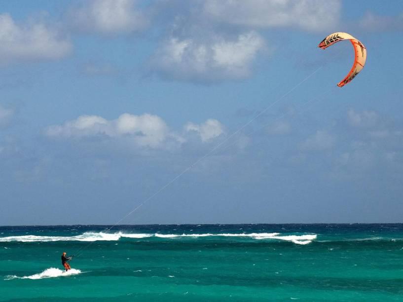 Praticante de kitesurfe