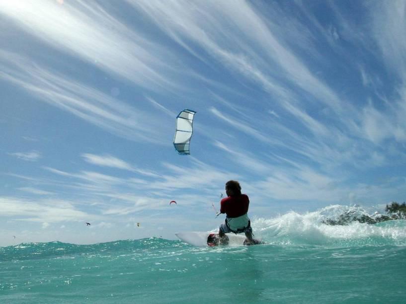 O kitesurfe é um dos muitos esportes que podem ser praticados em Barbados