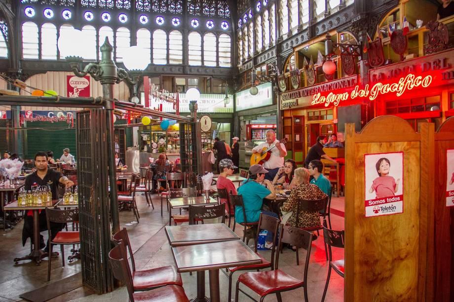 """<strong>6. <a href=""""http://viajeaqui.abril.com.br/estabelecimentos/chile-santiago-atracao-mercado-central"""" rel=""""Mercado Central"""" target=""""_blank"""">Mercado Central</a></strong>    Uma das atrações turísticas mais populares de Santiago, o Mercado Central tem a fama de ser muito caro e estar longe de oferecer as melhores experiências gastronômicas da capital chilena. Mesmo assim, vale a pena fazer uma visita ao local, pelo menos para dizer o famoso """"eu estive lá"""""""