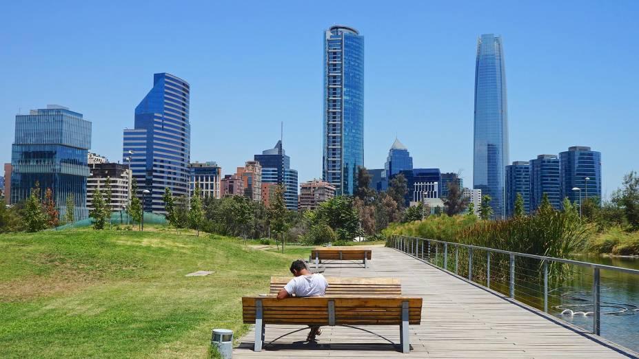 Do pequeno e charmoso Parque Bicentenário, é possível ter uma vista do skyline da cidade de Santiago