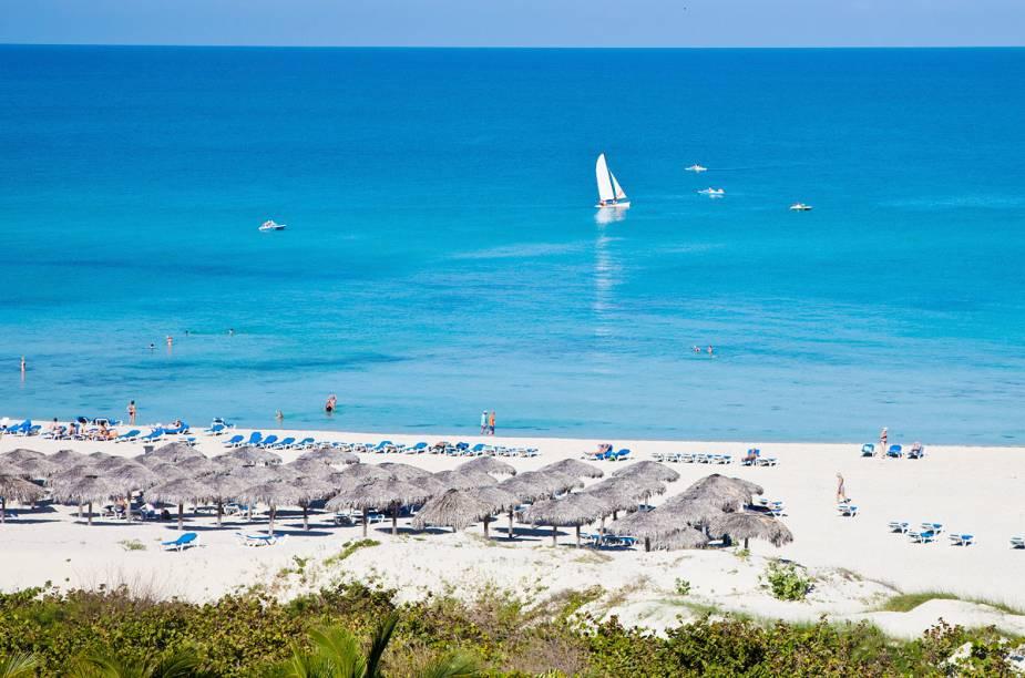 """<strong><a href=""""http://viajeaqui.abril.com.br/cidades/cuba-varadero"""" rel=""""Varadero (Cuba)"""" target=""""_blank"""">Varadero (Cuba)</a></strong>O destino é composto por uma orla com mais de 20 quilômetros de extensão, onde, além de se banhar em águas cálidas, os visitantes podem passear de barco, saltar de paraquedas, visitar um aquário de golfinhos, gastar em feiras de artesanatos e comer em restaurantes requintados. Lojas vendendo os famosos charutos cubanos também atraem muitos turistas que visitam a área."""