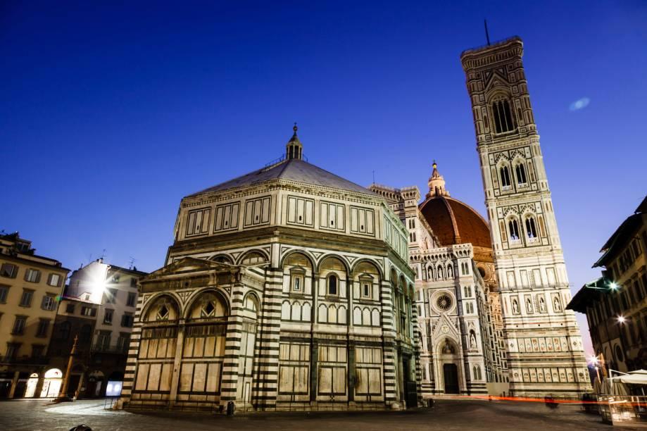 O conjunto formado por <strong>batistério, catedral e campanilha</strong> é uma clássica formação da arquitetura cristã que antecedeu o barroco, como pode ser visto em Pisa e Florença (foto)
