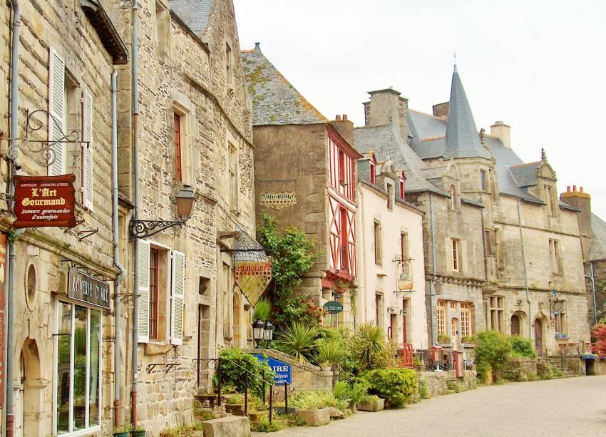 O vilarejo é um dos mais bonitos e visitados na Bretanha. As casas de pedra, com portas de madeira são uma das características locais. Na primavera os moradores enfeitam a fachada das casas com flores, o que deixa a cidadezinha ainda mais charmosa