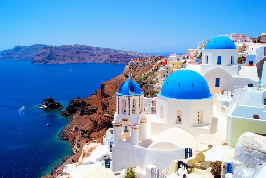 """<strong><a href=""""http://viajeaqui.abril.com.br/cidades/grecia-santorini"""" rel=""""Santorini"""" target=""""_self"""">Santorini</a>, <a href=""""http://viajeaqui.abril.com.br/paises/grecia"""" rel=""""Grécia"""" target=""""_self"""">Grécia</a></strong>                Entre os grandes destinos de lua de mel, Santorini encanta com seus cenários românticos, dentro de um formato de meia-lua. Pela região vulcânica, que alguns dizem ter inspirado a lenda de Atlândida, há algumas boas vinícolas, de onde se pode fazer degustação                <em><a href=""""http://www.booking.com/region/gr/santorini.pt-br.html?sid=5b28d827ef00573fdd3b49a282e323ef;dcid=1?aid=332455&label=viagemabril-as-mais-belas-praias-do-mediterraneo"""" rel=""""Veja preços de hotéis em Santorini no Booking.com"""" target=""""_blank"""">Veja preços de hotéis em Santorini no Booking.com</a></em>"""