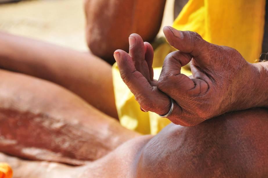 Mudrá, o gesto milenar, na beira do rio Ganges, em Varanasi