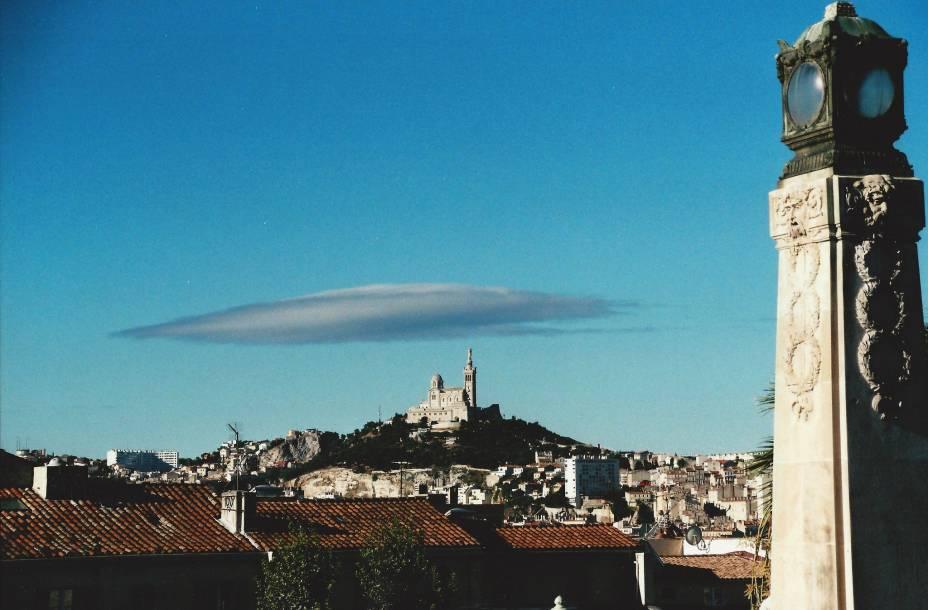 """Vista geral de <a href=""""http://viajeaqui.abril.com.br/cidades/franca-marselha/"""" rel=""""Marselha"""">Marselha</a>, com a catedral de Notre-Dame de la Garde ao fundo"""