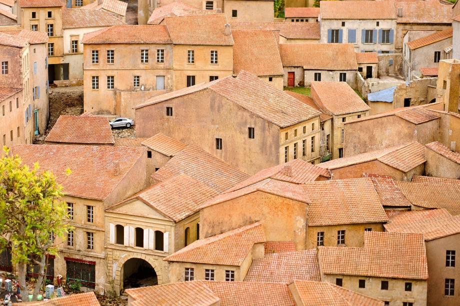 O destino é Patrimônio Mundial pela Unesco. As ruas estreitas ainda preservam o ar de idade-média com suas escadarias de pedra. A cidade também é referência forte em produção de vinhos Bordeaux, vale investir na degustação