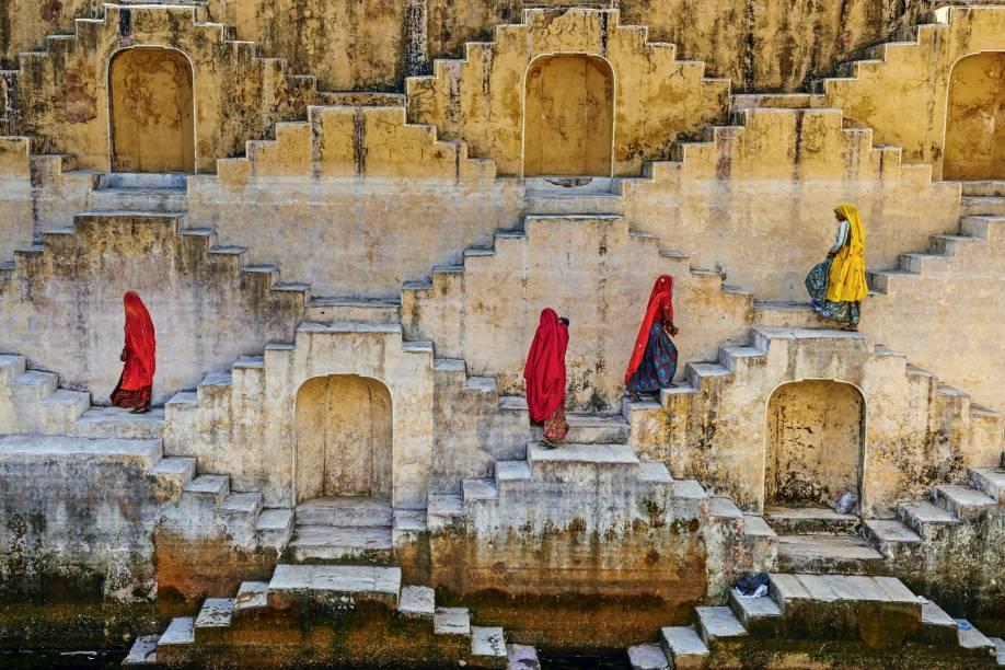 """Saindo de <a href=""""http://viajeaqui.abril.com.br/cidades/india-jaipur"""" target=""""_blank"""">Jaipur</a>, uma esticada de 100 quilômetros conduz à aldeia de Abhaneri, no <a href=""""http://viajeaqui.abril.com.br/materias/hoteis-de-luxo-do-rajastao-na-india-fascinam-ate-mochileiros-mais-roots"""" target=""""_blank"""">Rajastão</a> - caminho que parece curto se o viajante resolver encarar os 3 500 degraus em ziguezague da escadaria Chand Baori. Com um padrão geométrico digno de uma gravura de Escher, o complexo de 20 metros de profundidade foi construído por volta do século 9 para armazenar água."""