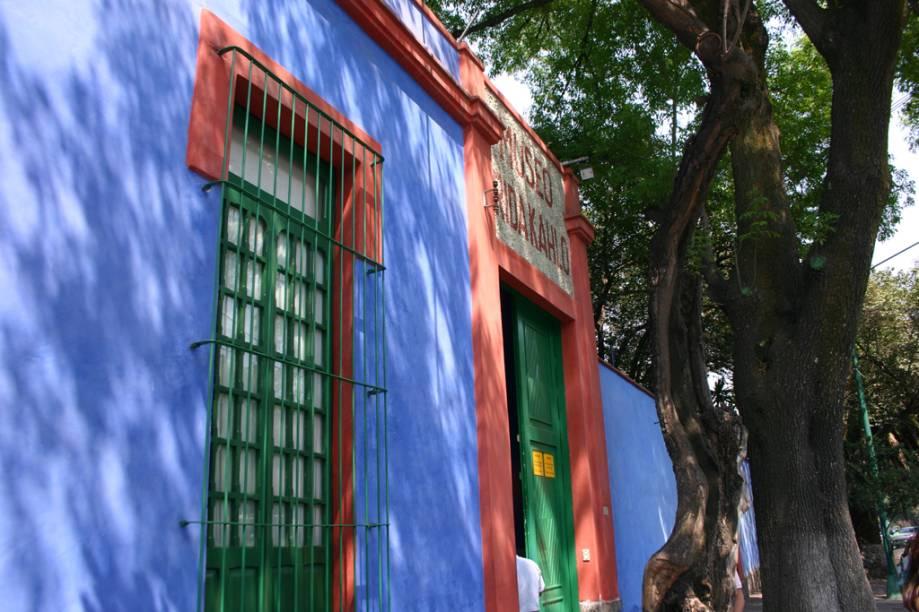 O casarão onde a artista plástica Frida Kahlo nasceu e morreu, na Cidade do México, foi transformado em um museu que reúne pinturas, fotografias e objetos