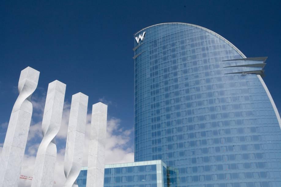 Fachada do Hotel W, obra do arquiteto Ricardo Bofill, na praia de Barceloneta